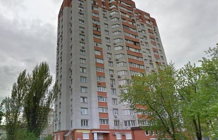 реклама в жилых домах Киева возле лифта